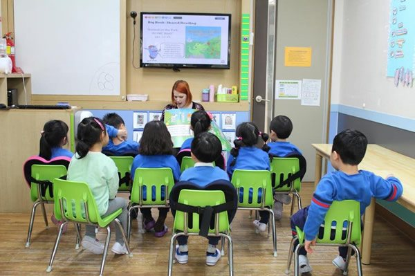 Teaching English to a kindergarten class