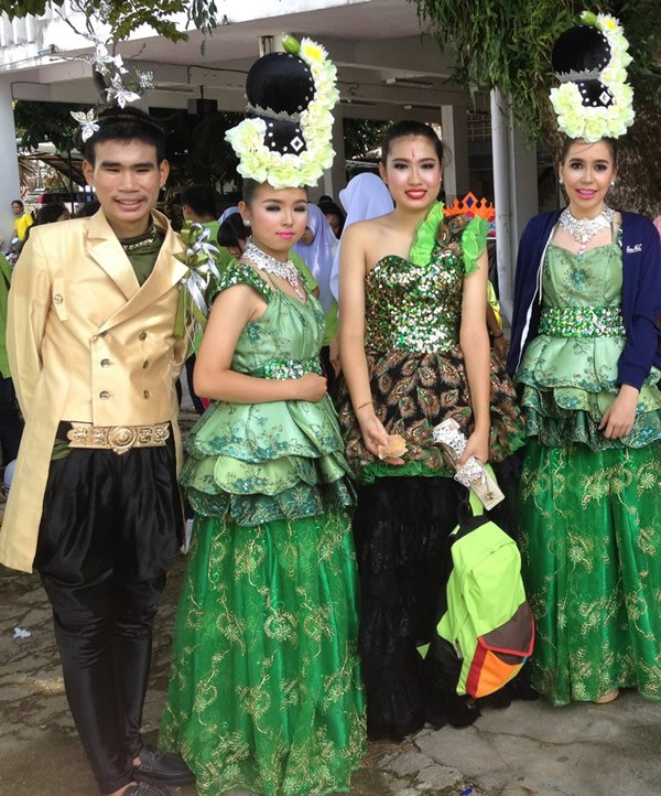 Students at Betong Weraratphasan High School don cultural garb for a festival