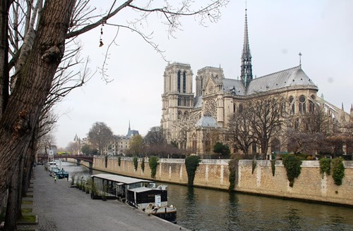 Walking tour in Paris along the Seine