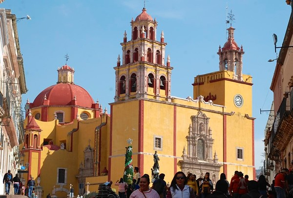 The Basilica of our Lady of Guanajuato, dominating the center of town
