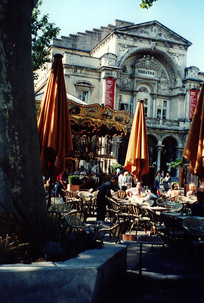 A cafe in front of the Opera Teatre D'Avignon.