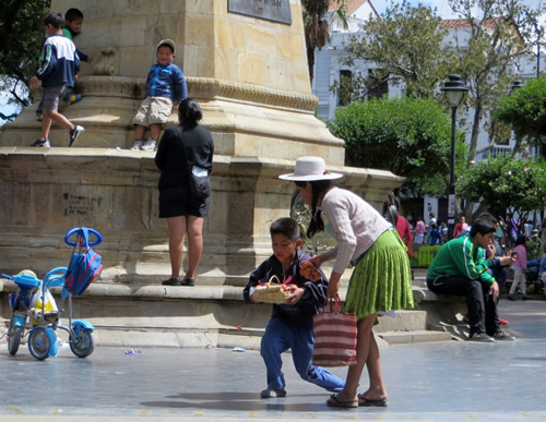 Working children at the Plaza 25 de Mayo in Sucre