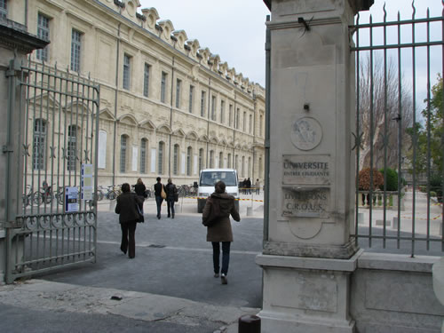 Study abroad with financial aid, here in Avignon, France