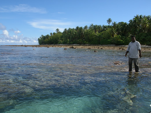 Mann in ocean of the Marshall Islands